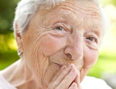 Örömteli idős hölgy